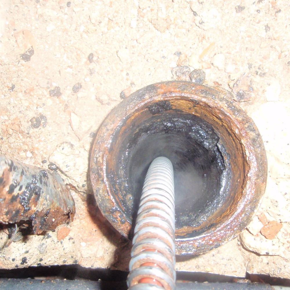 czyszczenie starej rury żeliwnej